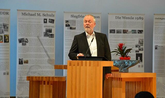 """Außenminister a.D. Markus Meckel bei der Eröffnung der """"I have a dream""""-Ausstellung"""